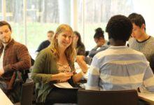 studenter diskuterer og smiler
