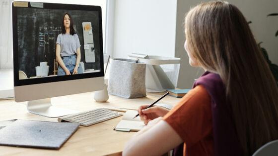 Kvinne underviser foran skjermen