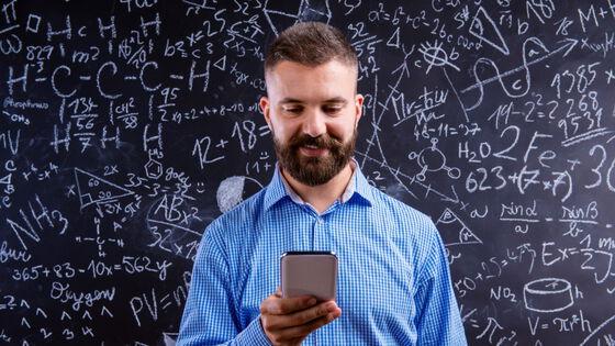 Lærer med smartphone. Illustrasjonsfoto.