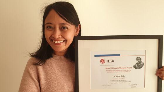Nani Teig med diplom for beste avhandling