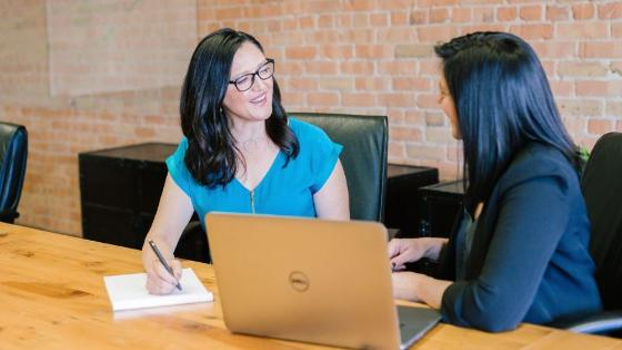 To ledere i samtale på kontor (Illustrasjonsfoto: Amy Hirschi på Unsplash)