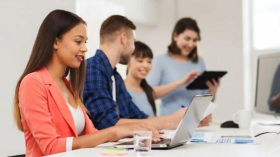 Studenter som jobber sammen i gruppe med PC og laptop (illustrasjonsfoto: colourbox).