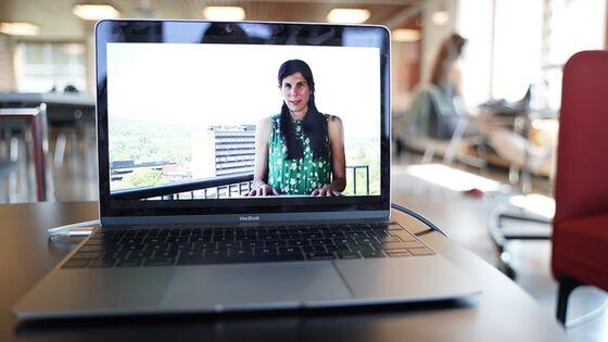 Kvinne på laptopskjerm. Illustrasjonsfoto.