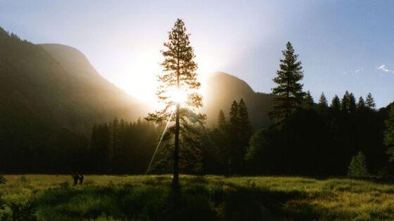 Illustrasjonsfoto av fjellandskap i soloppgang.