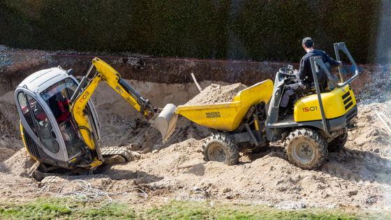 Bildet kan inneholde: kjøretøy, anleggsutstyr, jord, tre, bulldozer.