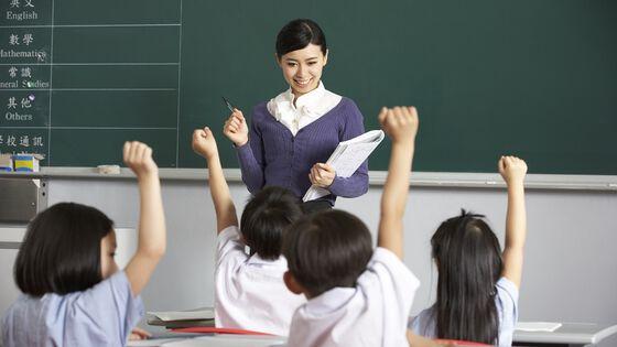 Kinesisk lærer med elever i klasserom. Foto.
