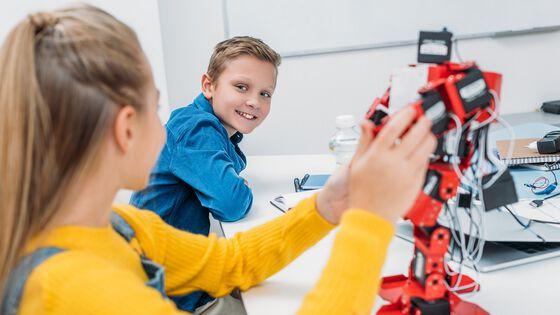 Elever med robot i klasserommet. Illustrasjonsfoto.