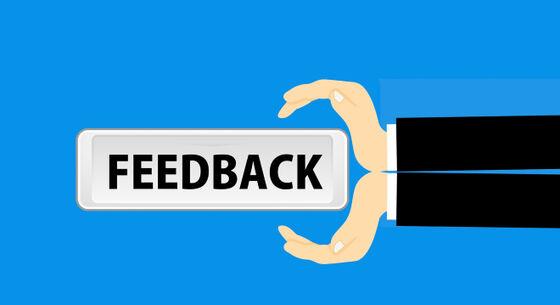 Illustrasjon av hender som gir bort et feedback skilt. Vektor.