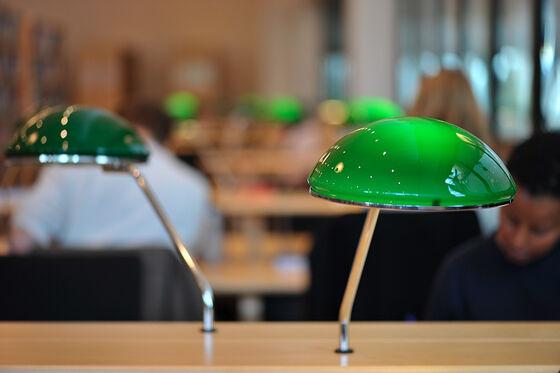Grønne glasslamper på lesesal