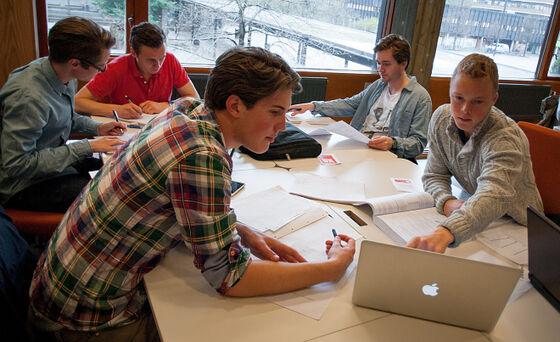 Studenter som samarbeider rundt et bord. Foto.