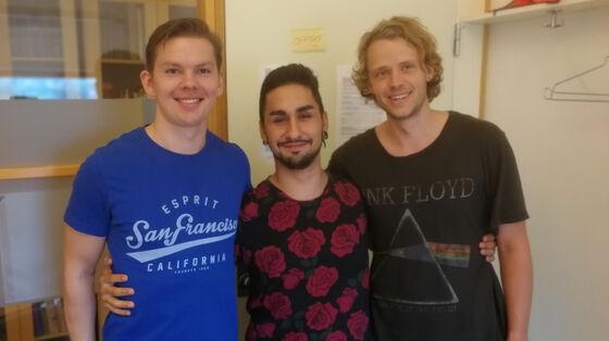 Bilde av tre gutter som har vært på studietur. Foto.
