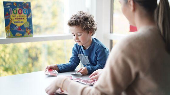 To-åring som språktestes. Foto.
