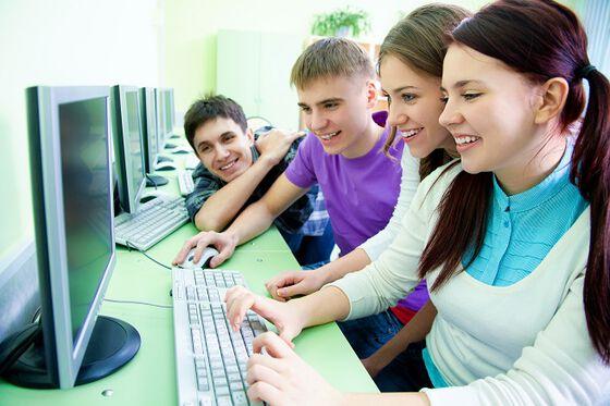 bilde av ungdommer som ser på pc