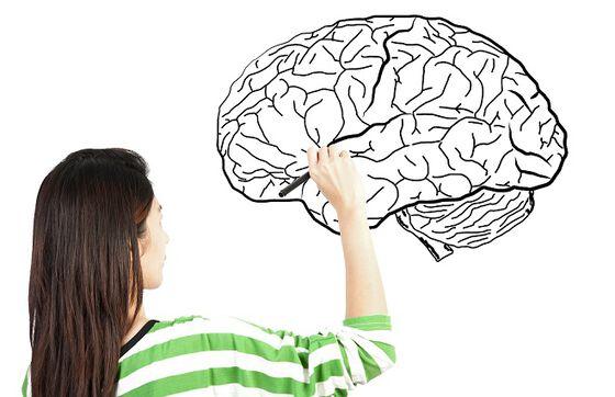 dame som tegner en hjerne