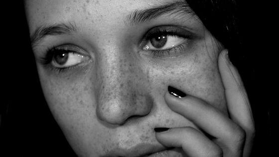 ung jente som ser tomt ut i lufta. foto