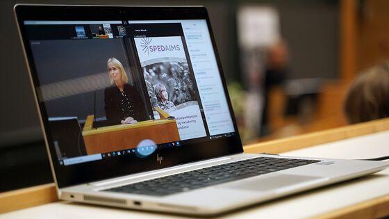 Skjerm på bærbar datamaskin som strømmer barneombud Inga Bejer Engh på talestolen.