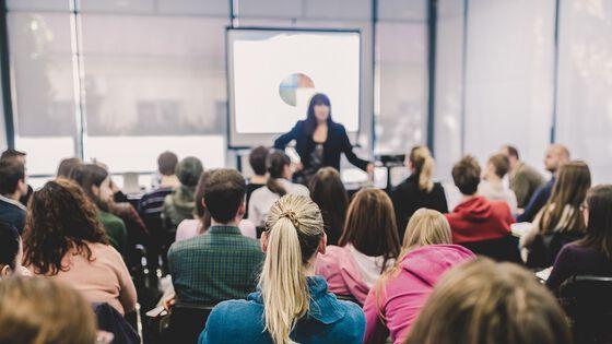 foreleser i et fullsatt seminarrom. foto