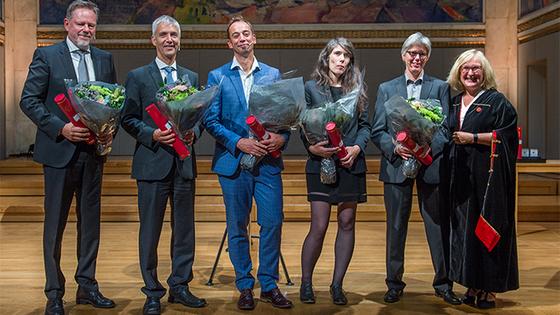 Vinnere av UiOs priser med blomster og pris
