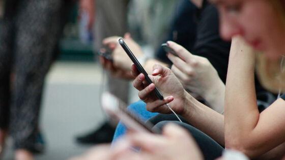 Personer med mobiltelefon