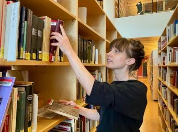Ida Gabrielsen in the library browsing books